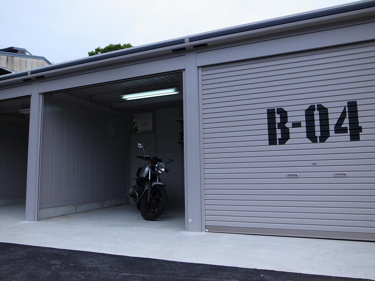 バイクガレージ内