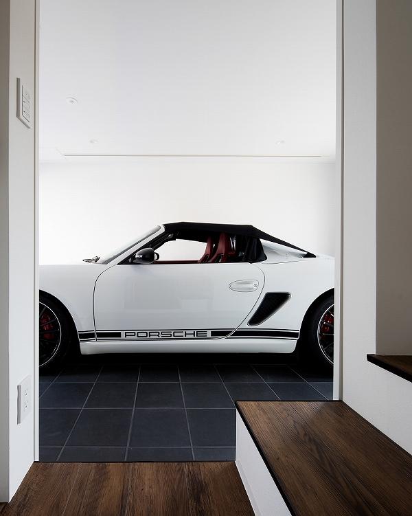 階段からガレージを望む